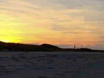 Le nuage de coucher du soleil ondule au-dessus du phare Image libre de droits