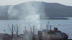 Le nuage de la fumée blanc vient du bateau banque de vidéos
