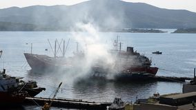 Le nuage de la fumée blanc vient du bateau clips vidéos