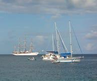 Le nuage de mer de bateau de navigation ancré dans la baie d'amirauté Images libres de droits