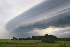 Le nuage de tempête foncé se déplace autour de l'avant Photographie stock libre de droits