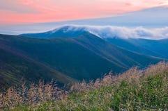 Le nuage du brouillard de matin au-dessus de la montagne Été m image stock