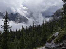 Le nuage a enveloppé des montagnes Photo libre de droits