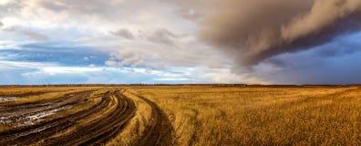 Le nuage est dans un domaine rural en automne, Russie, Ural Images stock
