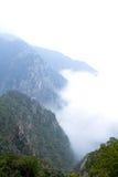 Le nuage et le brouillard ont tressé la vallée Photo libre de droits