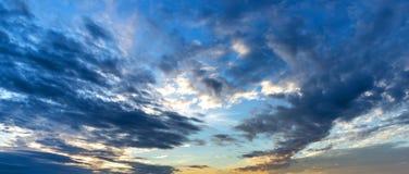 Le nuage flotte sur le ciel crépusculaire photos stock
