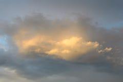Le nuage illuminé au coucher du soleil photo libre de droits