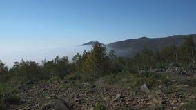 Le nuage reposé sur la montagne banque de vidéos