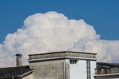 Le nuage volant au-dessus du bâtiment images stock