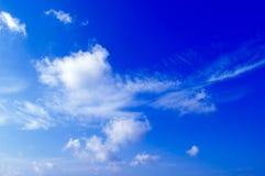 Le nubi di bianco. Fotografie Stock