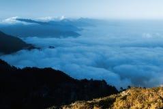 Le nubi gradicono il mare e la cascata Fotografie Stock Libere da Diritti