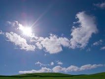 le nubi sistemano la mostra del sole del cielo chiaro Fotografia Stock Libera da Diritti
