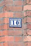 Le numéro de maison 10 se connectent le mur photographie stock