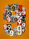 Le numéro neuf a fait à partir des nombres coupant des magazines sur b orange Photos stock