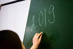 Le numéro 2019 sur un tableau noir propre d'école image stock