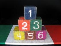 Le numéro un six arrangent en pyramide Photos libres de droits