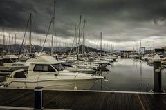 Le numerosi barche e yacht hanno attraccato nel porto Fotografia Stock