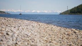Le nuotate della barca a vela sul lago brillante sorgono di giorno archivi video