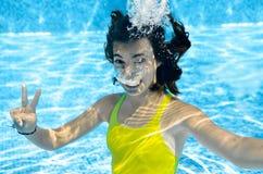 Le nuotate della ragazza nella piscina subacquea, adolescente attivo felice si tuffa e si diverte nell'ambito dell'acqua, della f fotografie stock libere da diritti