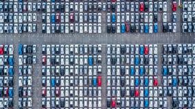 Le nuove automobili di vista aerea hanno allineato nella porta per l'importazione e l'esportazione, fotografie stock