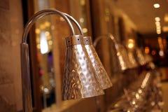 Le nuove lampade da tavolino sulle decorazioni di vendita a casa comperano immagine stock