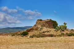 Le nuraghe typique, édifice mégalithique antique a trouvé en Sardaigne photos libres de droits