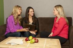 Le nutritionniste consultent une femelle enceinte Photos stock