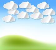 Le nuvole bianche di carta con ombra sottraggono il fondo con il cielo Fotografia Stock