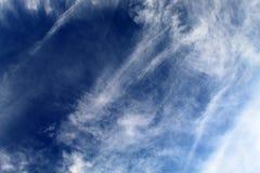 Le nuvole bianche hanno allungato attraverso il cielo blu un giorno caldo di Sunny June fotografia stock