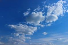 Le nuvole bianche nel cielo blu, il paesaggio naturale, il vasto campo di visibilità fotografia stock libera da diritti