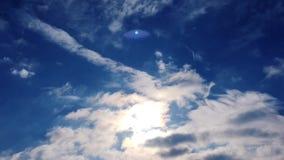 Le nuvole bianche scompaiono nel sole caldo su cielo blu Il moto al rallentatore si appanna il fondo del cielo blu Cielo blu Nubi stock footage