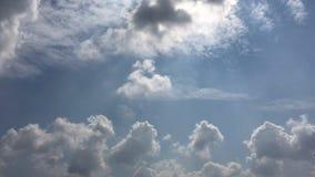 Le nuvole bianche scompaiono nel sole caldo su cielo blu Il moto al rallentatore si appanna il fondo del cielo blu Cielo blu Nubi video d archivio