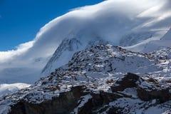 Le nuvole che coprono le alpi svizzere vicino montano il Cervino, cantone del Valais Immagine Stock Libera da Diritti
