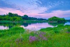 le nuvole del cielo dei fiori del fiume della campagna dell'alba abbelliscono il sole Fotografia Stock