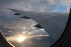 Le nuvole dell'aeroplano del cielo traversano fotografie stock libere da diritti