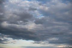 Le nuvole di cirrocumulo bianche chiudono il cielo blu immagini stock