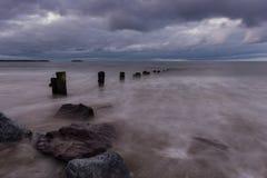 Le nuvole di tempesta arrivano a fiumi Fotografie Stock