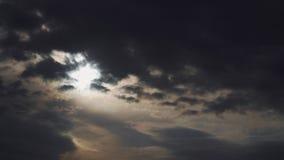 Le nuvole di tempesta drammatiche volano velocemente nel cielo video d archivio