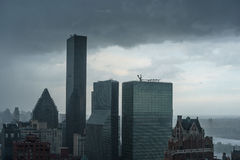 Le nuvole di tempesta scure si sono riunite sopra la torre del mondo di Trump durante la tempesta fotografie stock libere da diritti
