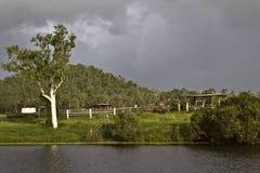 Le nuvole di tempesta si riuniscono sopra le vecchie iarde del bestiame Fotografie Stock Libere da Diritti