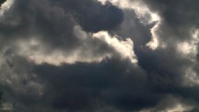 Le nuvole di tempesta stanno muovendo velocemente stock footage