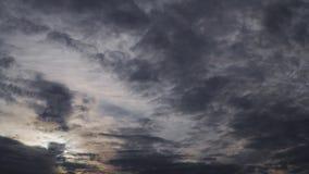 Le nuvole drammatiche volano rapidamente nel cielo Profondità dell'atmosfera stock footage