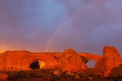 Le nuvole e la pioggia di tempesta drammatiche nel parco nazionale di arché abbandonano Fotografia Stock