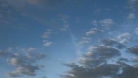 Le nuvole ed il cielo blu commovente, il vasto cielo blu e le nuvole il cielo, cielo con le nuvole sopravvivono il blu della nuvo video d archivio