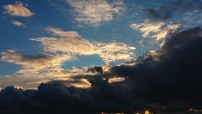 Le nuvole grige della grande tempesta vanno via ed il cielo blu compare archivi video