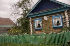 Le nuvole grige pesanti nel cielo freddo di autunno sopra il villaggio con piccolo legno hanno colorato le case locali ed in bass immagine stock