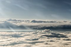 Le nuvole hanno diviso i contrasti scuri leggeri variopinti del tramonto del cielo Fotografia Stock