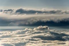 Le nuvole hanno diviso i contrasti scuri leggeri variopinti del tramonto del cielo Immagini Stock Libere da Diritti