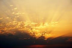 Le nuvole hanno sparso su un cielo rosso del tramonto immagine stock