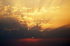Le nuvole hanno sparso su un cielo rosso del tramonto fotografie stock
